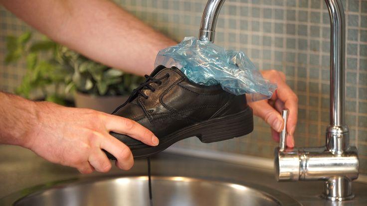 Der neue Lederschuh sitzt etwas eng? In unserem Lifehack erklären wir diese Woche, wie Sie den Schuh mit einem kleinen Trick ganz einfach weiten. Alles was Sie dazu brauchen, ist ein Gefrierbeutel und ein Tiefkühlfach.