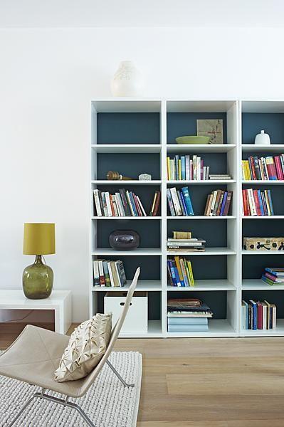 tegen één van de witte muren kunnen we dan je boekenkast zetten en die schilderen zoals hier met de verf van de keuken. continuiteit en al :-)