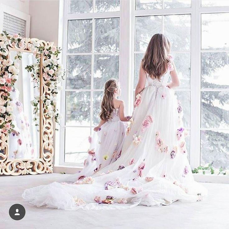 花嫁さんと女の子のおそろいドレス姿 白のドレスにお花いっぱいのオーバースカートが とっても愛らしすぎる . リングガールをお願いするときや ファミリー婚にやってみたいアイデア . photo by @dresslabrent . #プレ花嫁 #結婚式準備 #花嫁 #ドレス #オーバースカート #ドレス選び #おそろいドレス #リングガール #フラッグガール #ファミリー婚 #家族婚 #結婚式 #marry #marryxoxo by marry_editors