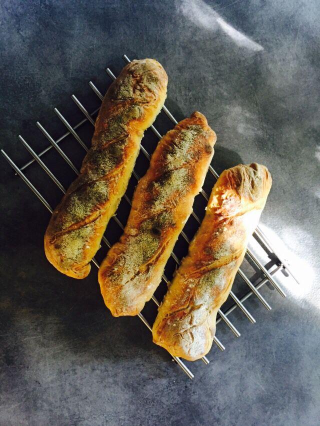 Ekmek üretimim her seferinde gelişerek devam ediyor... Tüyolar için Refika Birgül'e teşekkürler  http://www.refikaninmutfagi.com/cumartesiyazilari/1-baget-x-1-sandvic-1000-mutluluk-hurriyet-cumartesi/