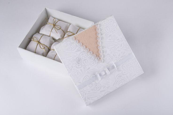 E esta delicada caixinha de bem-casados para o seu casamento? Dão um toque ainda mais especial para o dia!