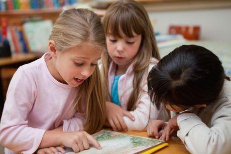 Nasledujúce riadky venujeme čítaniu – o čom to pre prváka je, na čo by sme sa ako rodičia mohli zamerať, aby sme dieťatku pomohli s lúskaním písmeniek. Čo to je čítanie? Keby ste sa začítali do učebníc a skrípt, tak nájdete celkom slušné, pre bežného človeka miestami nezrozumiteľné poučky o rôznych analýzach a syntézach ...
