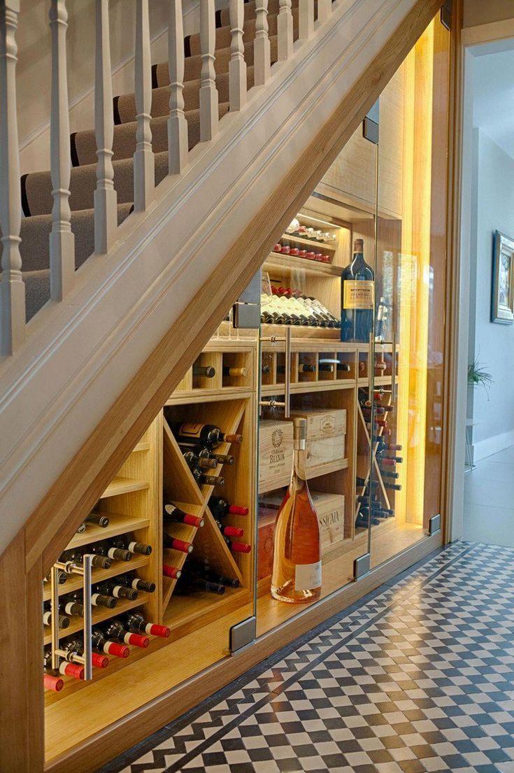rangement sous escalier cave à vin illuminée