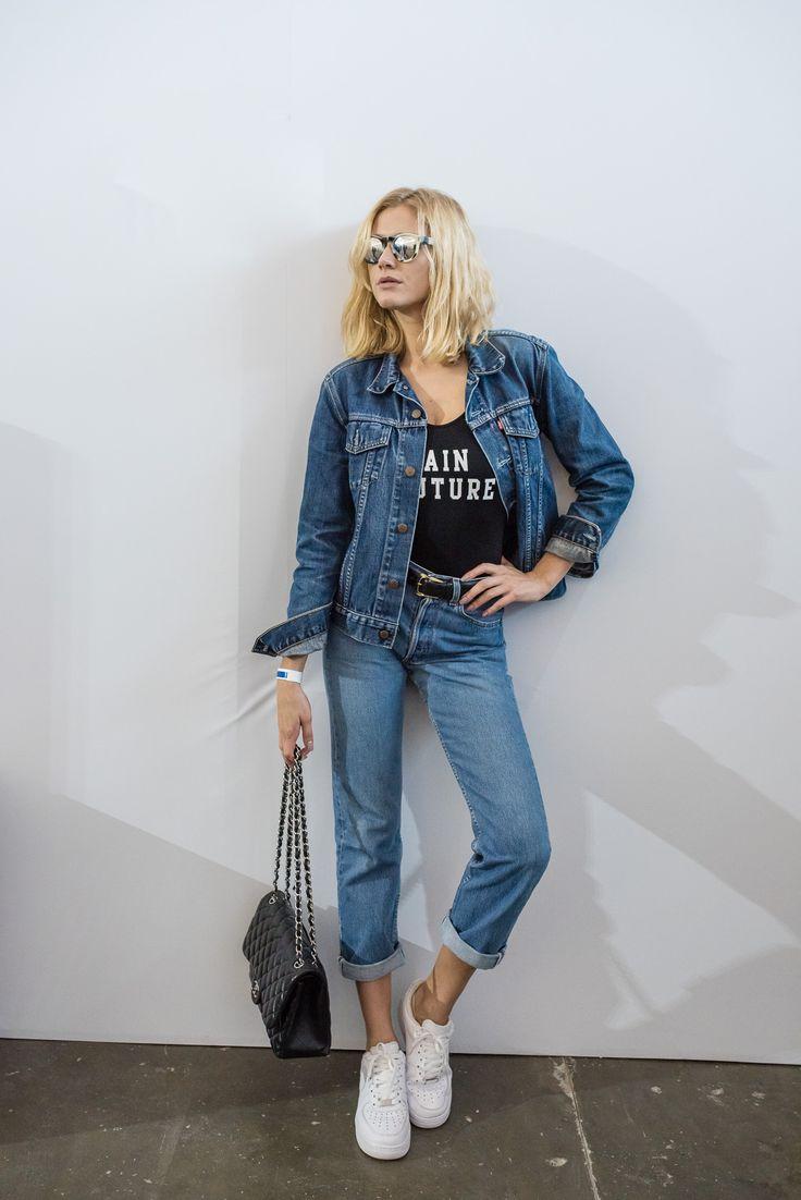 Look super cool total jeans de street style da SPFW. Calça e jaqueta Levi's, maiô usado como body, tênis Nike e bolsa Chanel.
