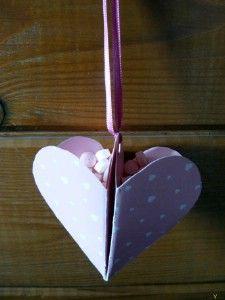 Valentin napi origami szív alakú tároló  http://www.hobbycenter.hu/Unnepek/kreativ-oetlet-valentin-napi-origami-sziv-alaku-tarolo.html