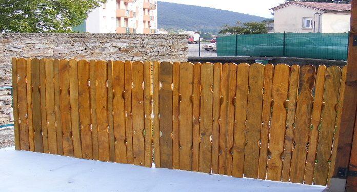 balustrade brise vue avec des planches de palettes bosch au jardin en ext rieur. Black Bedroom Furniture Sets. Home Design Ideas
