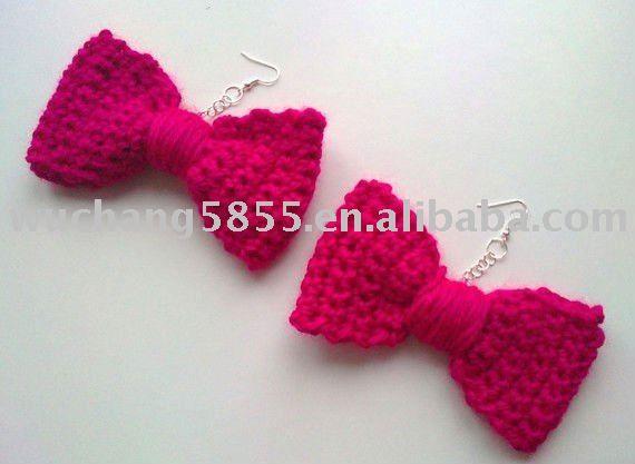Pendientes rosados del ganchillo del arco