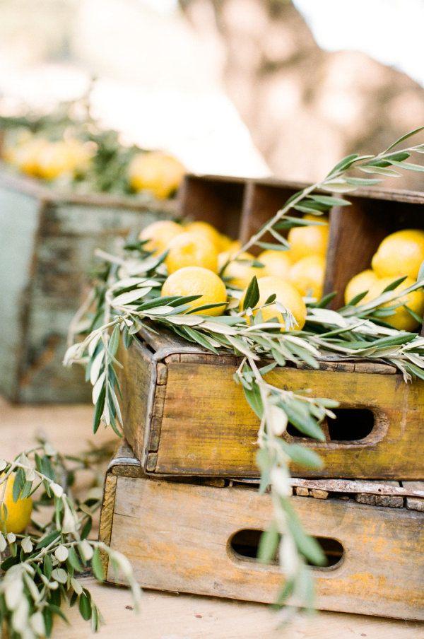 Eine sehr natürlich hübsche Dekoidee: alte Wein- oder Obstkisten, Zitronen und…