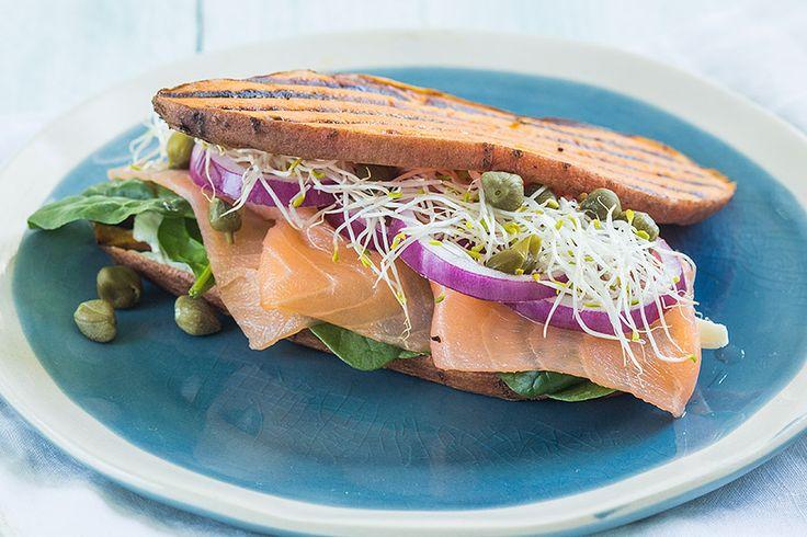 Vind jij lunchen met boterhammen soms een beetje saai worden? Probeer dan eens gegrilde zoete aardappelen in plaats van brood en maak een gezonde sandwich