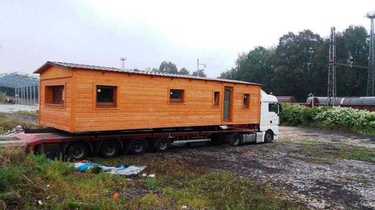 Celoročně zateplený mobilheim naložen a přes noc transport do Hradce Králové. Více na http://www.mobilnidum.eu. Více o celoročních mobilheimech na http://mobilnidum.eu/mobilni-domy-celorocni