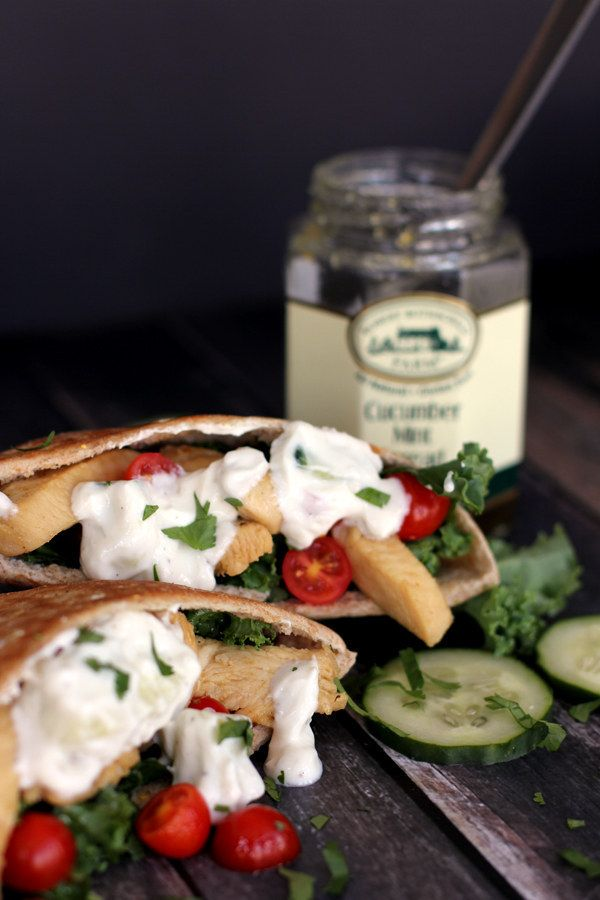 Sándwich griego de pan pita con pollo y kale | 31 sándwiches para el trabajo que no lo son