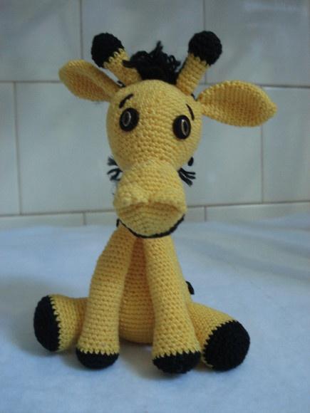 Bichinho de girafa, em miniatura, feita em croche.