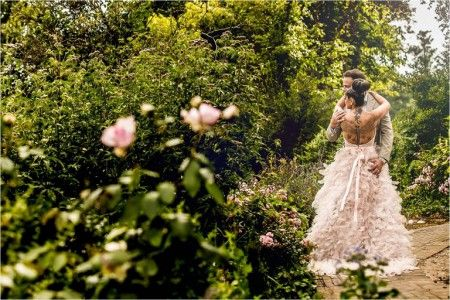 NORAS DREAMDRESS    Lieve Victor, Mijn droom is uitgekomen,een jurk als een engel met een rok als vleugels, vederlicht en in poeder roze.Nooit was ik zo mooi als op onze trouwdag! Heel heel erg bedankt voor alle goede adviezen en het vele werk wat je aan mijn japon hebt besteed! Liefs, Nora