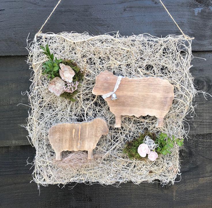 Wandbord met houten schaapjes opgemaakt 17,50 verkrijgbaar op CreAnoeska.nl