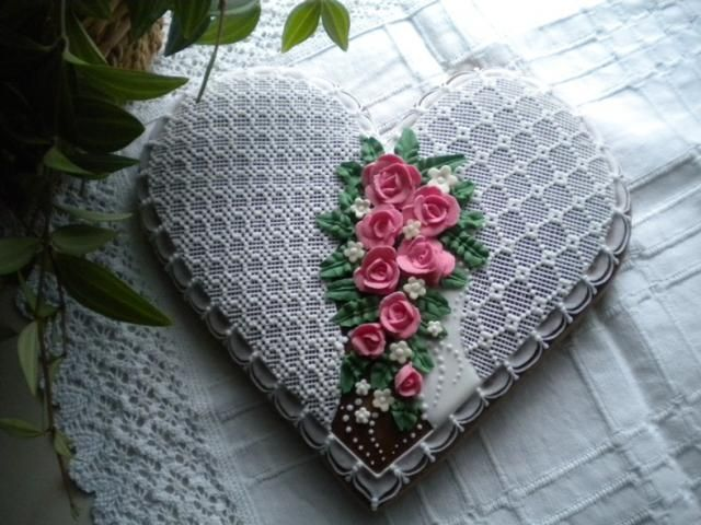 Heart cookie with roses