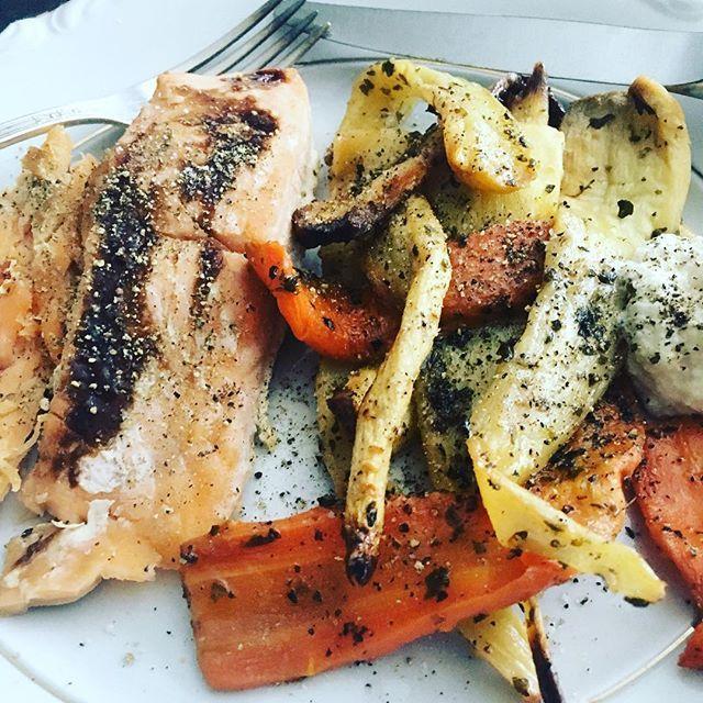 Ugnsstekt lax med rotfrukter 🐟    Recept på bloggen ▶️👉▶️👉 https://ibscleaneatingblog.wordpress.com/    #cleaneating #superfoods #ibs #träningsmat #träning #fitness #fodmap #nogluten #nolactose #laktosfritt #glutenfritt #rotfrukter #proteiner #lax #middag #lunch