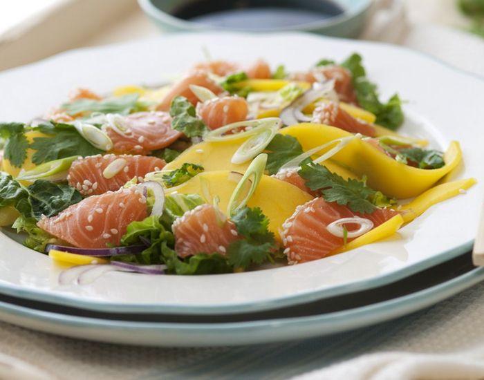 Sommerlig og superenkel sashimi av laks med mango og koriander - Tara