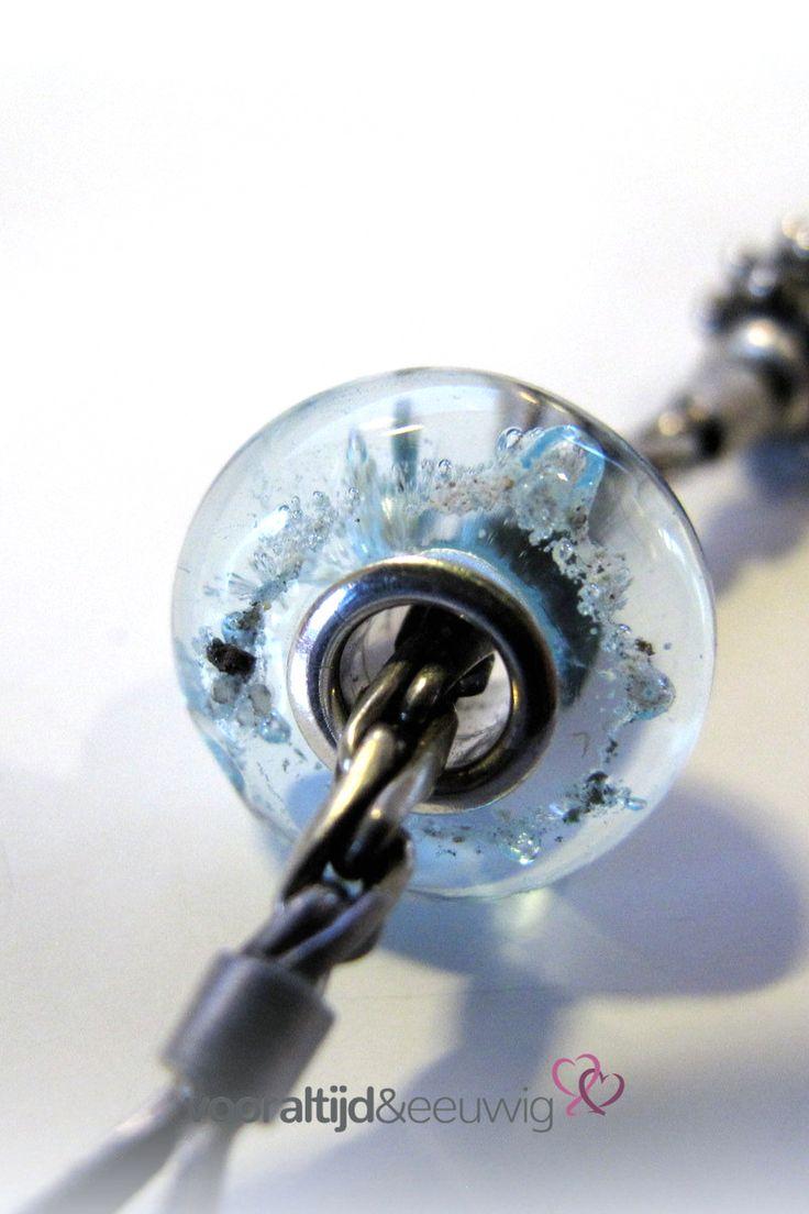 #askraal in #aqua transparant glas. De crematie as is goed zichtbaar en dit #rouwsieraad  is voorzien van een op maat gemaakte volledig zilveren kern