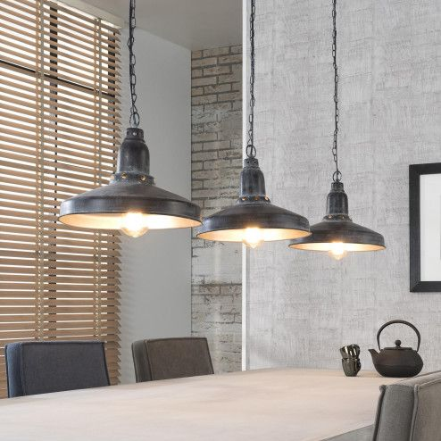 Industriële Hanglamp 'Atticus' 3-lamps Deze 3-lichts hanglamp heeft een mooie antieke uitstraling door het verouderde donkergrijze metaal. Aan de binnenzijde zijn de kappen uitgevoerd met een zilveren finish. Verder hangt deze lamp aan stoere kettingen, waardoor dit model perfect in een industrieel interieur past. .