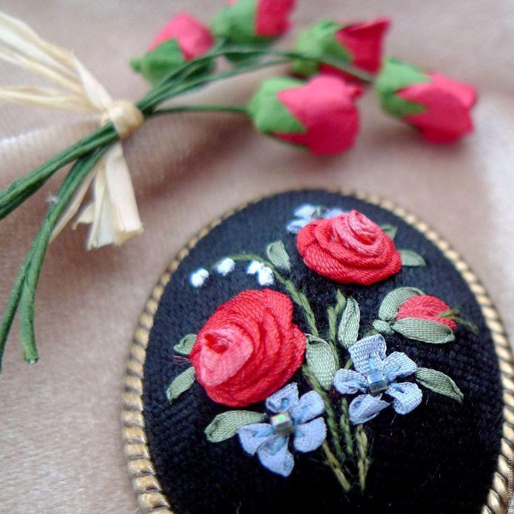 Купить или заказать Брошь с вышивкой Пусть розы будут в декабре в интернет-магазине на Ярмарке Мастеров. Элегантная брошь с вышивкой шёлковыми лентами на черном бархате в лаконичной винтажной оправе США. Предельно простой букет из ярко-алых роз, голубых мелких цветов с искрящейся бисерной серединкой и ландышей. Безупречное исполнение вышивки. Для роз намеренно использована лента из искусственного шёлка Magestic с легким блеском. Авторская вышивка, не предполагаюшая повтора.