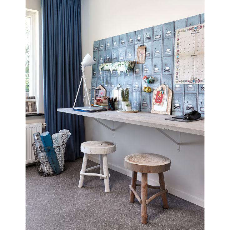 Ook een werkplek thuis kan sfeervol zijn. Hang mooi behang op voor een frisse muur! #thuiswerken #diy #behang #lamp #werkplek #woonkamer #kwantum