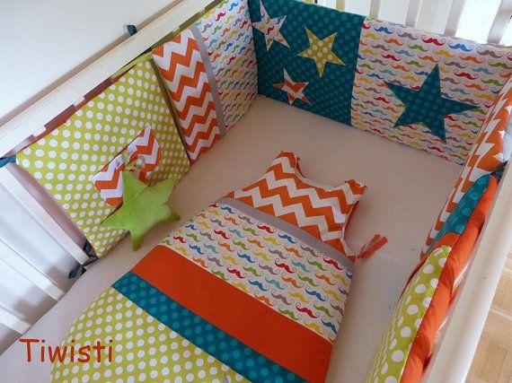 Mooie kleurrijke set bestaat uit een toren bed kussen en een slaapzak 0-6 maanden van kleur groen, oranje en turquoise ster patroon en stof afgedrukt veelkleurige snor. Deze set brengt vreugde en vrolijkheid in de kamer van uw baby, een samen om zoete dromen. RONDE BED 5 KUSSENS Vlakte en bedrukte stoffen turkoois en groene erwten, oranje punthaken en afgedrukt snor 100% katoen Opvulling van 100% polyester dus, het is perfect verticale en niet verzakken. Een mooie zak te glijden van de…