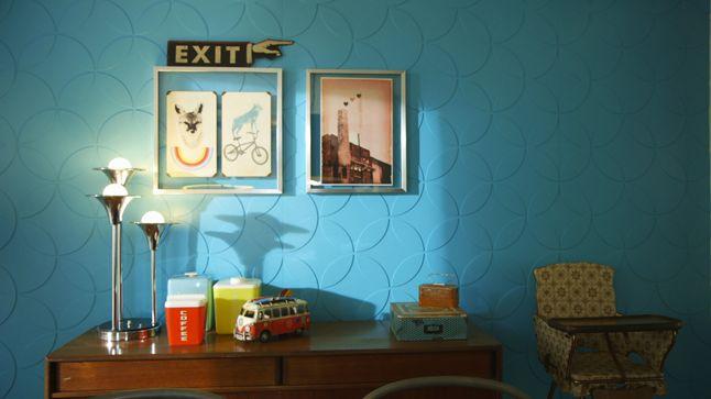 APRÈS : L'accent a été mis sur le mur du fond sur lequel on a posé des panneaux de HDF texturés à motifs rétros de couleur aqua lustré, qui reflète la lumière et crée un rappel avec la surface de la table en bois.