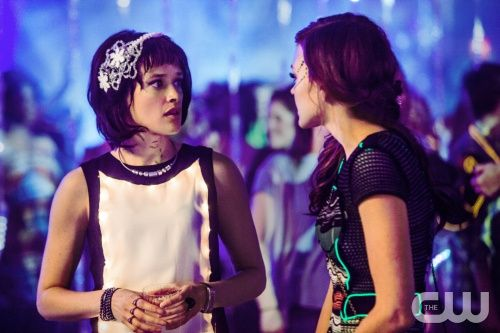 """Star-Crossed -- """"Give Me a Torch"""" -- Image Number: STA111a_0297.jpg -- Pictured (L-R): Brina Palencia as Sophia and Aimee Teegarden as Emery -- Photo: Skip Bolen/The CW -- © 2014 The CW Network, LLC. All rights reserved."""
