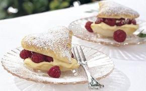 Butterdejshjerter med kvarkcreme og hindbær En fin lille kage, der er nem at lave. Server den for en du holder af - som dessert eller til en god kop kaffe.