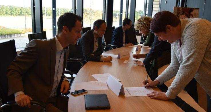 Op 3 november  ondertekenden de verantwoordelijke wethouders Sociaal Domein van de samenwerkende gemeenten Etten-Leur, Halderberge, Moerdijk, Roosendaal, Rucphen en Zundert (de D6) het contract voor de Maatwerkvoorziening Wmo Begeleiding. Wethouder Jean-Pierre Schouw was voor Etten-Leur hierbij aanwezig in het gemeentehuis van Rucphen.