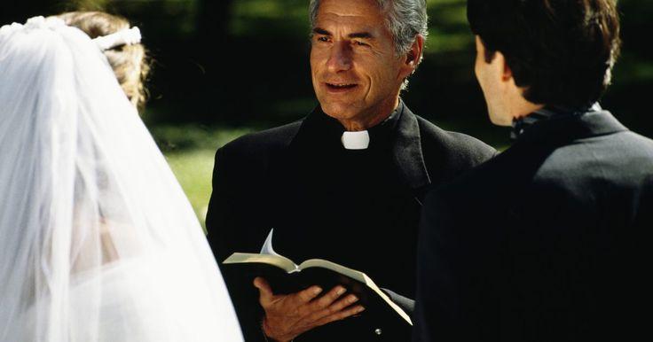 """O significado e a história das cores das roupas do clero. As batinas do clero são roupas que os padres, pastores e ministros usam nas ruas. Elas são chamadas de """"vestes sacerdotais"""", em oposição a """"paramentos"""", que são as roupas usadas na condução da cerimônia oficial na igreja ou serviço de adoração. As batinas são muitas vezes vistas como católicas, mas são protestantes na sua origem e podem ser ..."""