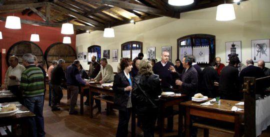Aquí, de cena, comiendo y departiendo de pie en la sidrería (foto: sagardoarenlurraldea.com)