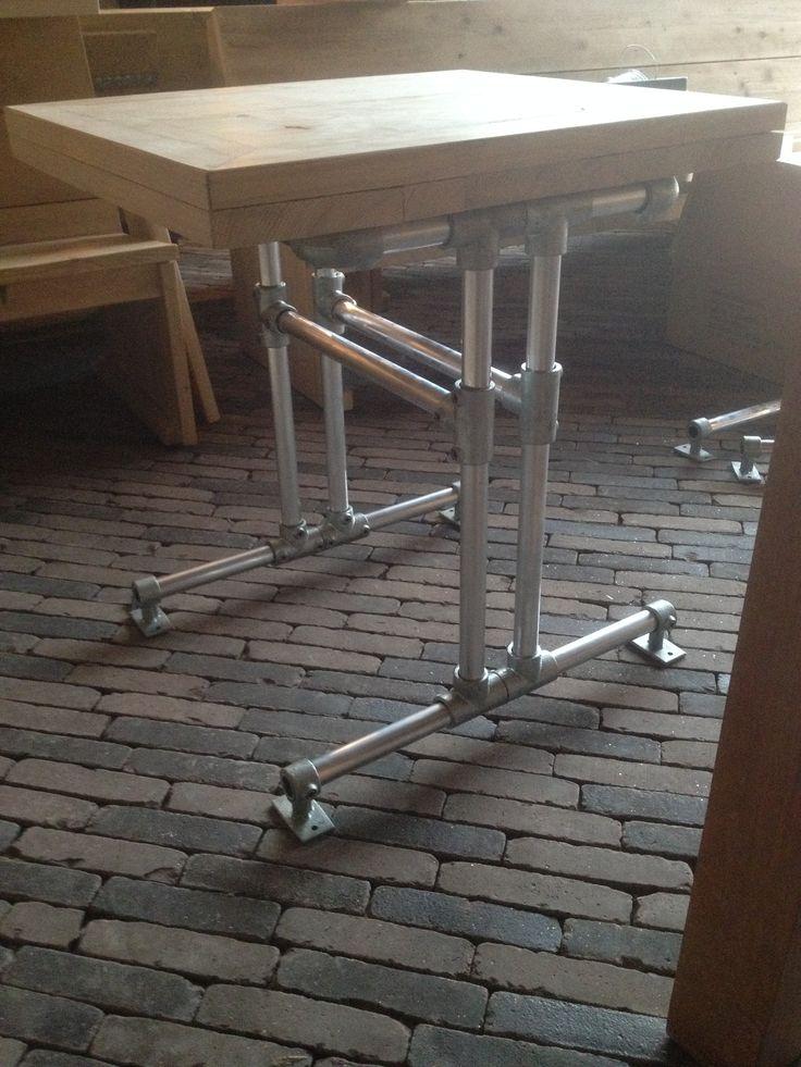 Leuke vierkante tafel. Gemaakt van hout, steigerbuisklemmen, buiskoppelingen, stalen steigerbuizen en zwenkwieltjes.