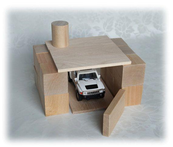 Libertad madera bloque Set de 44 piezas.  Divertido para los niños de 2 años y mayores (hasta abuelos). Una herramienta de aprendizaje. Antes de Legos.  El sistema incluye: -20 CC (altura 4 cm) -3 prismas triangulares (el tamaño del cubo, dividido diagonalmente) -5 - cilindros (3 x 4 cm) -4 cosas de 4 tipos de placas de diferentes longitudes (de 8 a 20 cm) -bolso de telas naturales durables.  Cubos no son pintados, muy agradables al tacto, sentirás la estructura natural de la madera, usted…