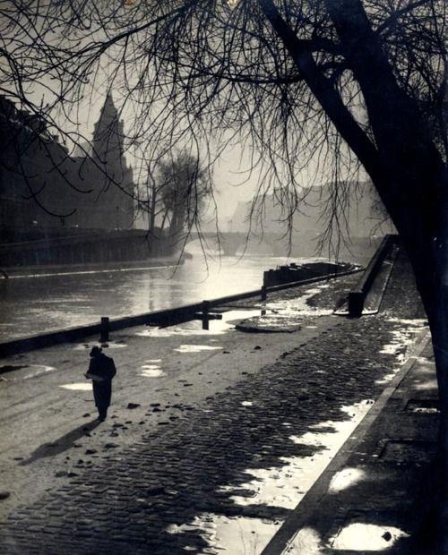 Albert Monier, Quai de Seine. Le promeneur de champ de Mars, Tirage argentique d'époque, 1950