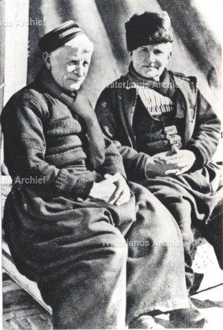 Haven. Hendrik Kwakman (Vossie), vissersknecht, geboren op 29-06-1874 te Volendam, overleden op 28-07-1941. Klaas Tol (van Houten of Kakie), 26 jaar oud, visser, geboren op 28-01-1868 te Volendam, overleden op 23-11-1948 te Volendam. ca 1940 #NoordHolland #Volendam