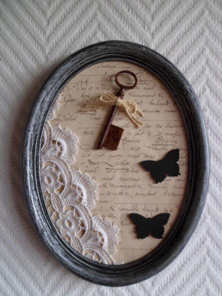 Ancien cadre ovale avec acte notarié de 1924, clé rouillée et broderie : Décorations murales par patine-et-coton
