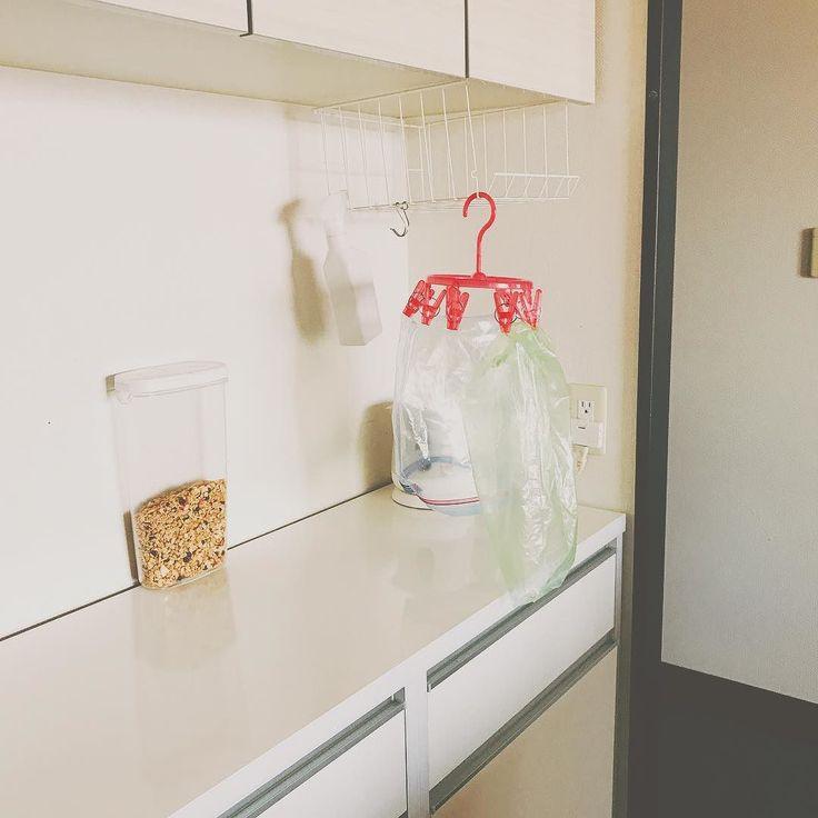 袋干し機構 イケアのミニ物干しの隣のフックには大体バナナがかかってる  #kitchen #台所 #ジップロック #愛菜果 #ikea #無印良品 #無印良品週間 #ニトリ #interiordesign #inmykitchen #ig_japan #instagood #整理整頓