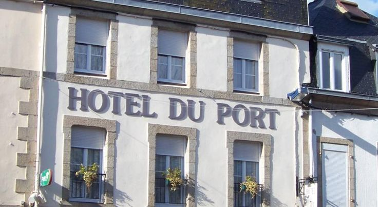 Hotel Du Port Concarneau The Hotel Du Port is ideally located in the centre of Concarneau. It offers cosy room with flat-screen cable TV overlooking the fishing port.  Guests can choose from single to family rooms, all equipped with a telephone, a desk and a dressing room.