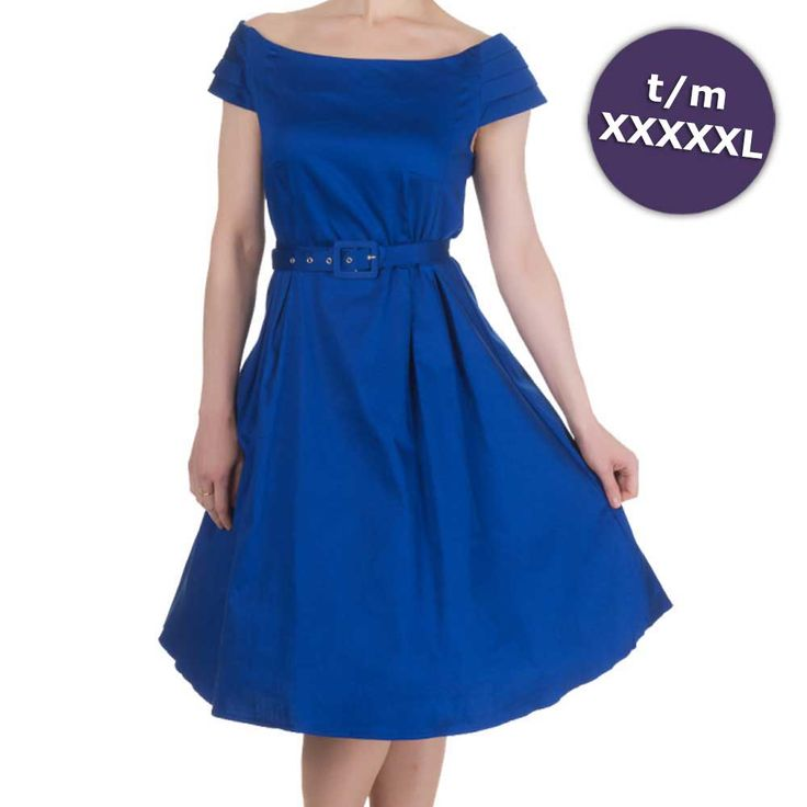 Dolly And Dotty. Een klassieke jurk met een mooie boothals. De jurk heeft een nauwsluitende taille en een echte jaren '50 stijl wijde rok met plooien aan de voorzijde. De jurk sluit aan de zijkant met een verborgen ritssluiting en is gemaakt van zacht katoen met stretch.