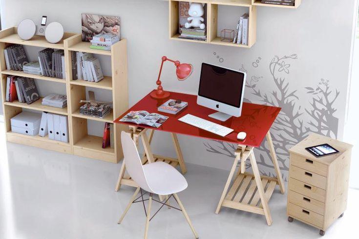 amenager un coin bureau dans le salon avec un plateau et des treteaux