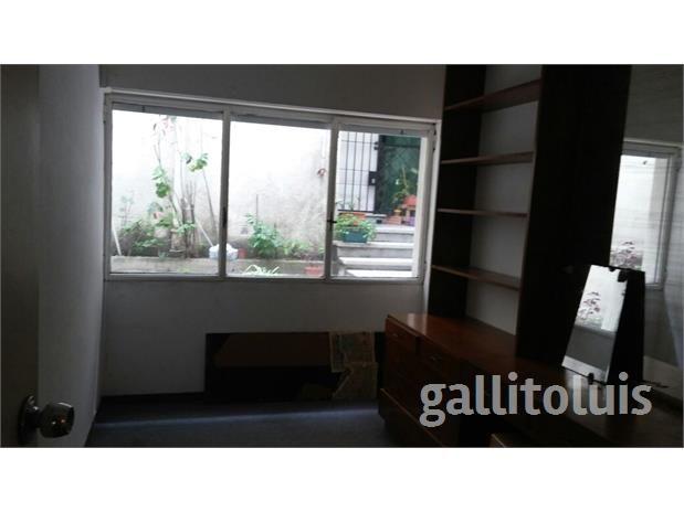 Muy lindo apartamento en zona Villa Biarritz, a media cuadra de la Rambla. Preciosos living-comedor, amplio tipo L, con pisos de parquet. 2 baños reciclados y