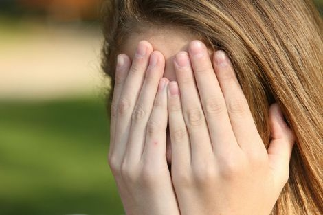 """Vrijwel dagelijks worden tientallen jonge meisjes slachtoffer van sexting. De dochter van Annemarie de Jong (34) * is een van die meisjes. Haar dochter stuurde een intieme foto naar een vriendin en wordt sindsdien gepest, bedreigd en uitgescholden. """"Mijn dochter wil niet meer leven."""""""