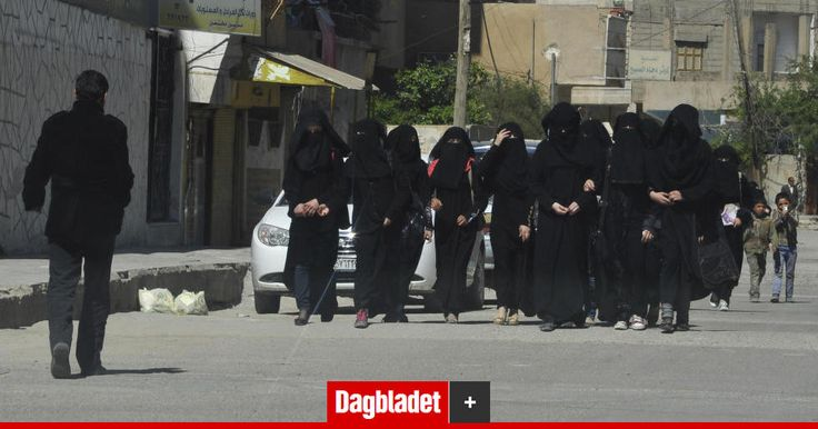 Med fare for eget liv forteller sivile og aktivister om livet i Raqqa.