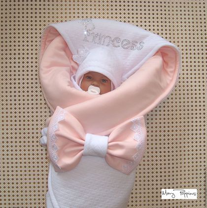 Купить или заказать Комплект на выписку 'Принцесса' персиковый в интернет-магазине на Ярмарке Мастеров. Нежный и нарядный комплект на выписку для девочки, сезон - осень/зима/холодная весна. Выполнен из стеганого трикотажа капитоне и интерлока. Состоит из: - утепленного одеяла, Альполюкс - утепленной шапочки, Альполюкс, корона из кружева - болеро, р-р 56-62 - слипа, р-р 56 - тонкого чепчика на завязках - трикотажного банта на резинке Отделка: стразы, кружево.