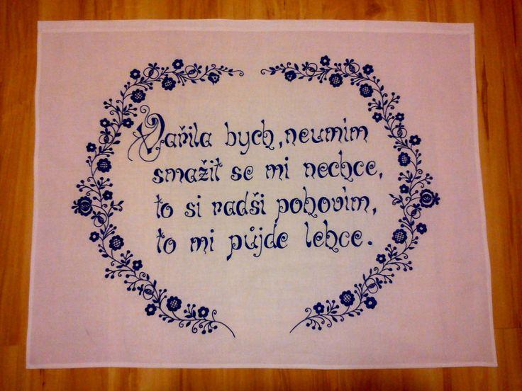 Vyšívaná kuchařka Ručně vyšívané bílé plátno ze 100% bavlny, určené k zavěšení na stěnu. Rozměry cca 80x60 cm