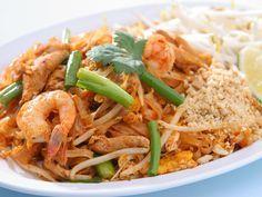 nouilles de riz, piment, Poissons, ciboule, oeuf, huile, germes de soja, cacahuète grillée, crevette, jus de citron, porc, ail, coriandre, sucre roux