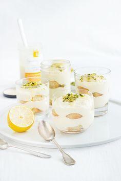 Einfach, schnell gemacht, sommerlich und erfrischend: Zitronen-Tiramisu. Mit Lemon Curd, gehackten Pistazien und Vanillelikör.