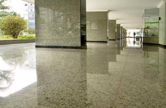 Olvidados durante años, los pisos de granito hacen un regreso triunfal y se posicionan como buena alternativa a la hora de elegir un revestimiento porque son de larga duración, fáciles de mantener y se ofrecen en diversos colores.  http://www.espacioliving.com/1404161