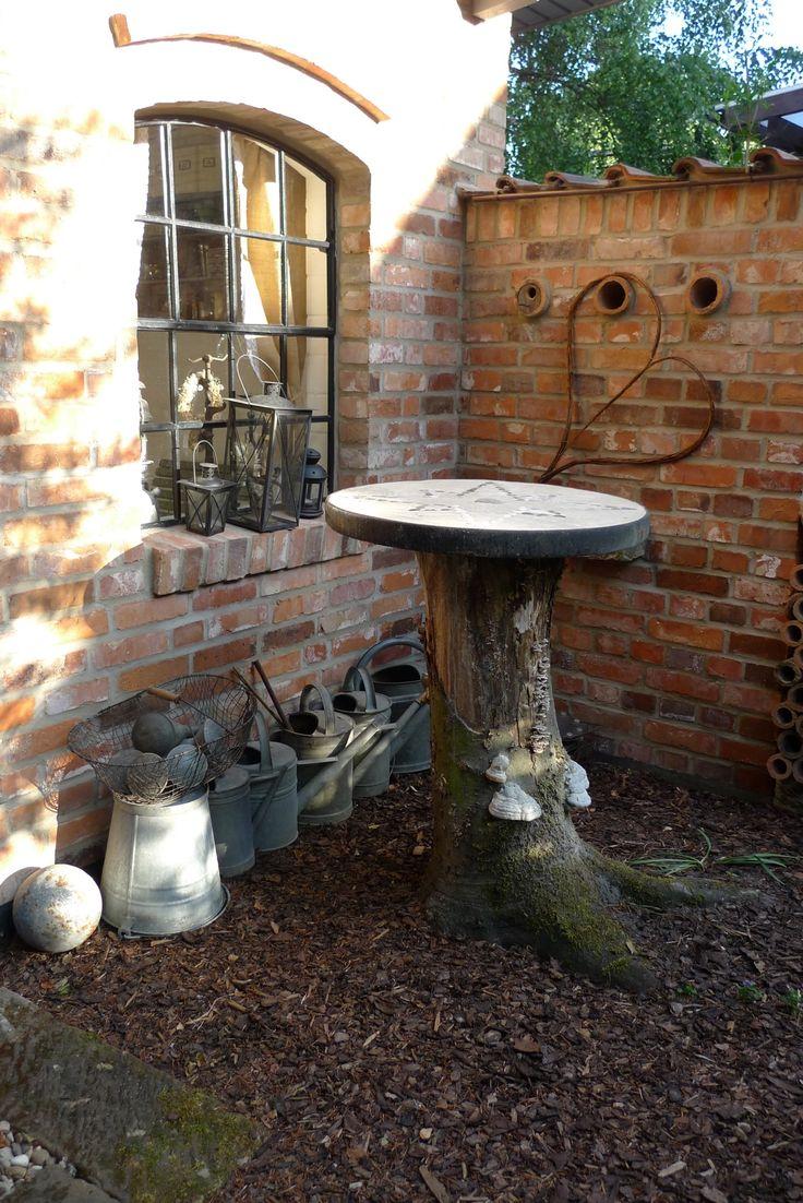 Gartenhaus mit Ruinenansatz, eingebauten Tonroehren, Baumstumpf mit Tischplatte…